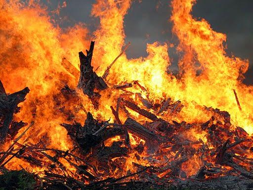 512px-Midsummer_bonfire_closeup
