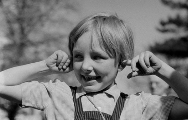 Portrait_eines_Madchens,_welches_sich_die_Ohren